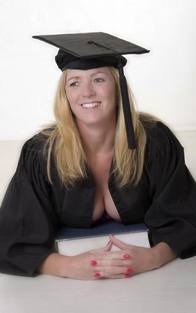 帽子とガウンを着た成熟した大学生の肖像