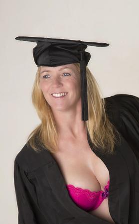 キャップとガウンを身に着けている成熟した大学生の肖像画