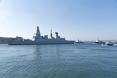 Plymouth, Devon, England, UK. HMS Dragon a type 45 Daring Class air defence destroyer departing Devonport. February 2018 Imagens - 98649467