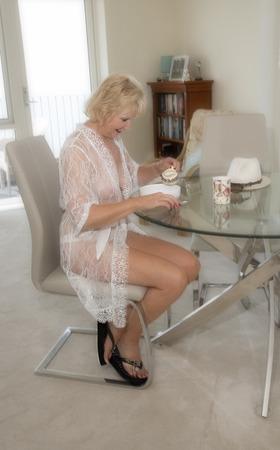 Jolie femme âgée, petit-déjeuner. Banque d'images