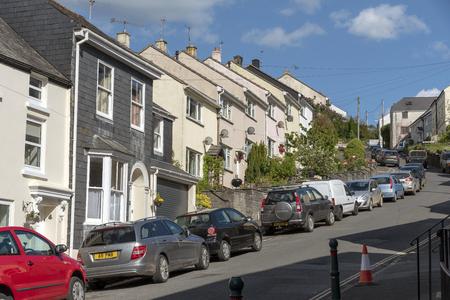 Modbury, South Devon, Inghilterra, Regno Unito. Maggio 2019. Alloggi a schiera e auto parcheggiate in questa città mercato del Devonshire. Editoriali