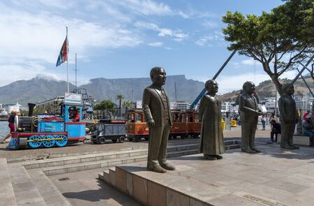 Cape Town, South Africa. Dec 2019. Childrens train ride passing Nobel Square and its famous statesmen on the V&A waterfront, Cape Town 新聞圖片