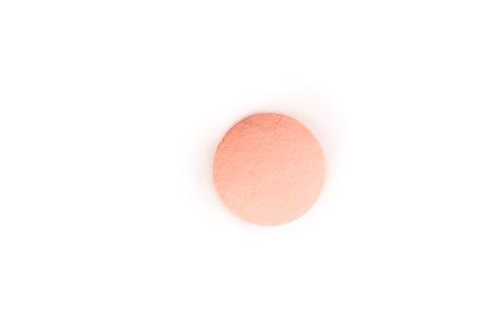 close-up van een zalmroze pil van bovenaf geïsoleerd op een witte achtergrond.psd