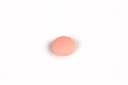 close-up van een zalm roze pil geïsoleerd op een witte backgound.psd Stockfoto