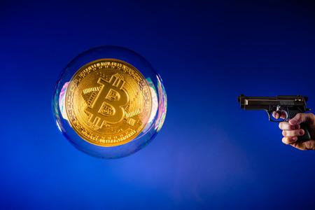 grote bitcoin bubble en pistool gericht op de bitcoin bubble