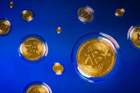 veel bitcooins zwevend in bubbels Stockfoto