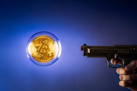 een pistool dat naar een grote bitcoin-bubbel wijst