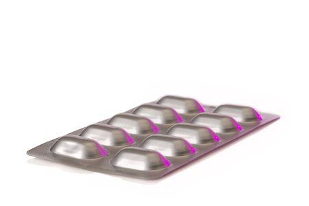 een zilverkleurige blister met pillen geïsoleerd op een witte achtergrond