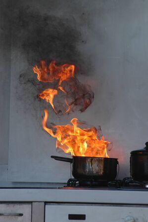 gebrannt: Flammen aus brennenden �l auf einem K�chenherd