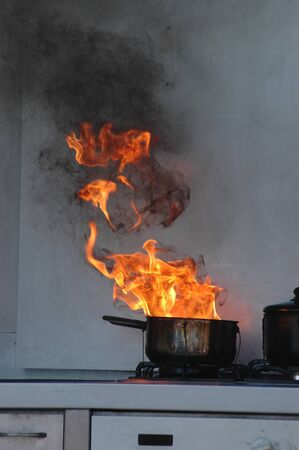 incendio casa: llamas de fuel-oil en una estufa de la cocina