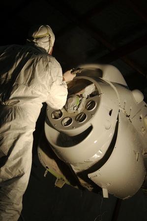 cartilla: Sprays Tradesman la capa de imprimaci�n en el motor de un avi�n Dornier 228