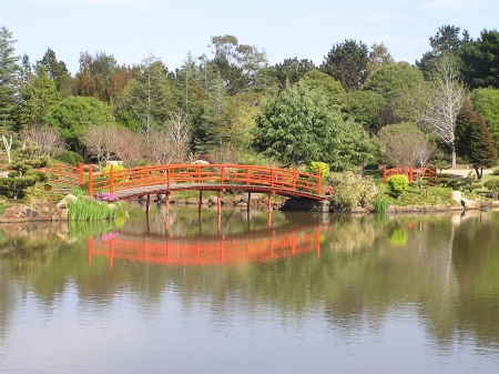 toowoomba: Nikki bridges reflected in lake of Japanese Garden, Toowoomba, Queensland, Australia Stock Photo