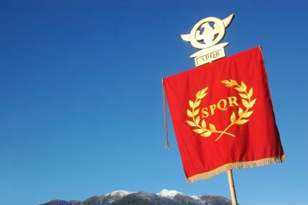 spqr: Est�ndar romano SPQR mostrar, contra el cielo azul y los Alpes