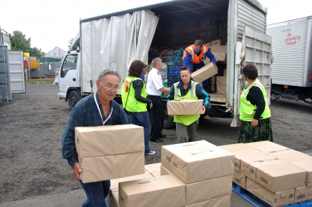 Volunteers unload food for victims of the 6.4 earthquake in Christchurch, South Island, New Zealand, 22-2-2011