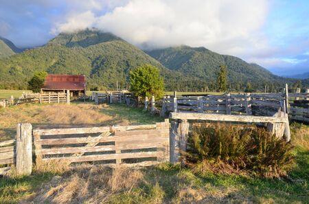 land use: Vecchio fienile in una fattoria in Sud Westland, Nuova Zelanda