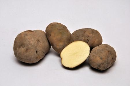 unwashed: patate lavate intere o tranciate su uno sfondo senza soluzione di continuit�