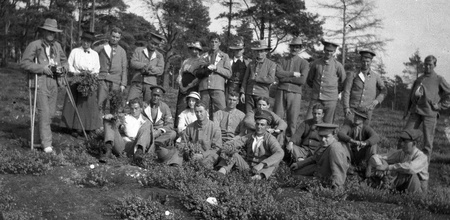 recuperating: Circa 1914-18  Group of fit and wounded New Zealand soldiers from the First World War, location unknown