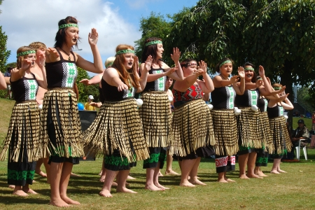 Greymouth Nieuw-Zeeland 20080602; Greymouth High School studenten voeren traditionele Maori dansen voor de Waitangi Day viering Redactioneel
