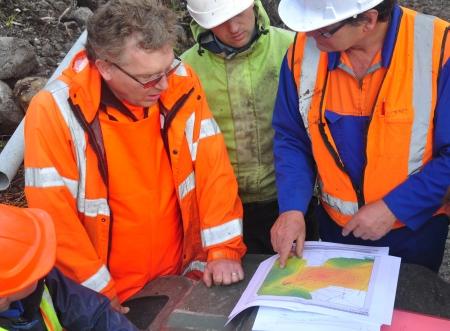 지질 학자들은 뉴질랜드의 서쪽 해안에 지진 반사 조사에서 탐구되고 오일 베어링 형성을 논의 스톡 콘텐츠