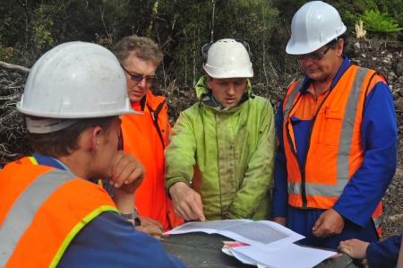 Geologi discutere la formazione di petrolio-che porta in fase di studio in un'indagine riflessiva sismica sulla costa occidentale della Nuova Zelanda Archivio Fotografico