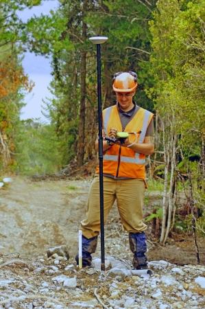 Man Vermessung der Lage der Geophone für eine seismische reflektierende Umfrage an der Westküste von Neuseeland Standard-Bild