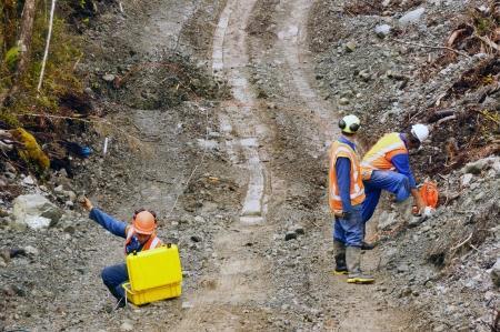 Mannen verrekening explosieve ladingen in een seismisch reflectie onderzoek op zoek naar olie op de westkust van Nieuw-Zeeland Stockfoto