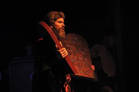 성경의 십계명의 무대 소품을 들고 모세처럼 옷을 입고 배우
