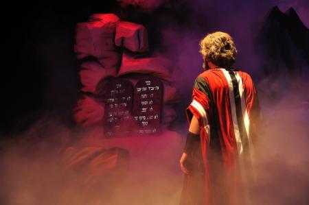 Mozes komt face-to-face met de Tien Geboden in een Bijbelse toneelvoorstelling Stockfoto