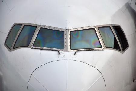 공항에서 기다리고 상업용 여객기의 조종석