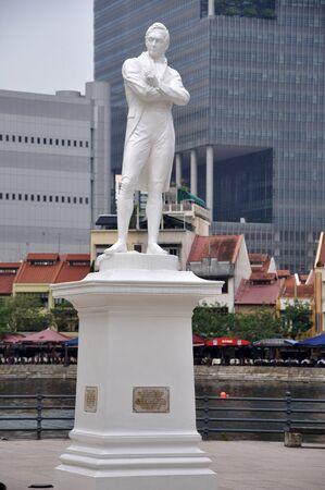 statesman: Statua di Sir Thomas Stamford Raffles, (6 luglio 1781 - 5 luglio 1826), uno statista britannico, meglio conosciuto per la sua fondazione della citt� di Singapore