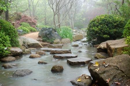 日本庭園、トゥーンバ、クイーンズランド州、オーストラリアの川を横切って飛石