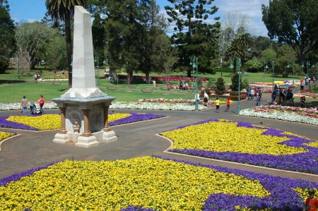 toowoomba: TOOWOOMBA, AUSTRALIA, SEPTEMBER 25: Visitors enjoy the Botanical gardens during the Carnival of Flowers on September 25, 2008 in Toowoomba, Australia