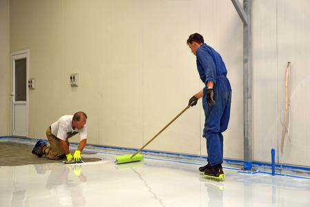 町人工業建築の床にエポキシ樹脂の製品を適用します。