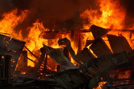 炎および燃焼の農場の建物から煙が上がる