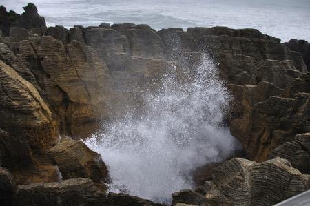 orificio nasal: Espir�culo en acci�n en Pancake Rocks, Punakaiki, costa oeste, Isla Sur, Nueva Zelanda