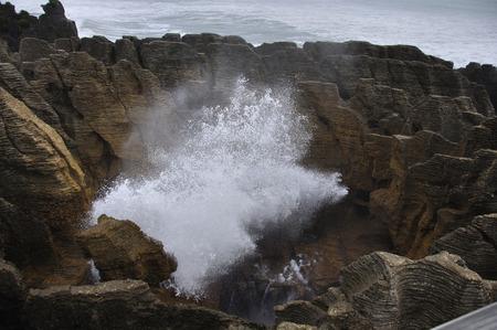 orificio nasal: Espir�culo principal en la acci�n en las rocas de la crepe, Punakaiki, costa oeste, Isla Sur, Nueva Zelanda