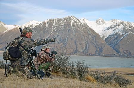 Jagers op zoek naar Himalayan tahr in de Zuidelijke Alpen van Nieuw-Zeeland Stockfoto