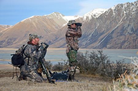 Jagers scoping voor Himalayan tahr in de Zuidelijke Alpen van Nieuw-Zeeland