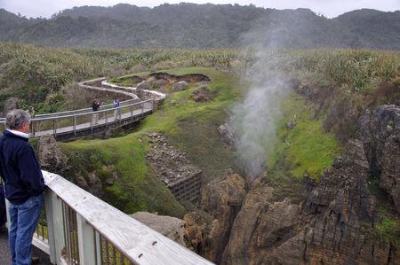orificio nasal: PUNAKAIKI, NUEVA ZELANDA, 05 de mayo 2010: Los turistas disfrutan del espir�culo Chimney Pot en acci�n en las rocas de la crepe, Punakaiki, costa oeste, Isla Sur, Nueva Zelanda Editorial