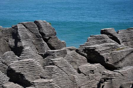 orificio nasal: Piedra caliza formaciones en Pancake Rocks, Punakaiki, West Coast, Isla Sur, Nueva Zelanda Foto de archivo