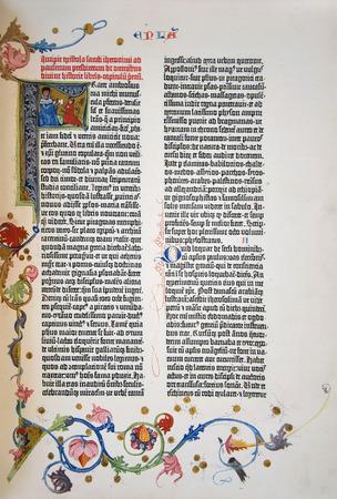 pagina uit een facsimile van de 1455 Gutenberg Bijbel, het eerste gedrukte versie van de Latijnse Vulgaat. Redactioneel
