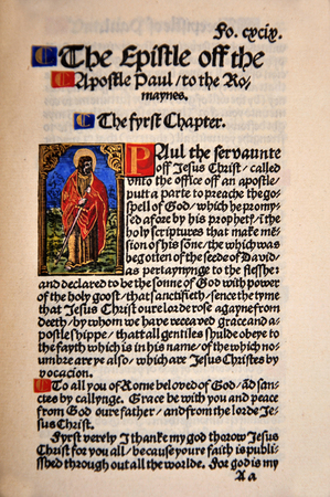 Titelpagina van het boek Romeinen in een facsimile van William Tyndale's 1525 editie van het Engels Nieuwe Testament. Van de Riet Rare Books Collection in Dunedin, Nieuw-Zeeland.