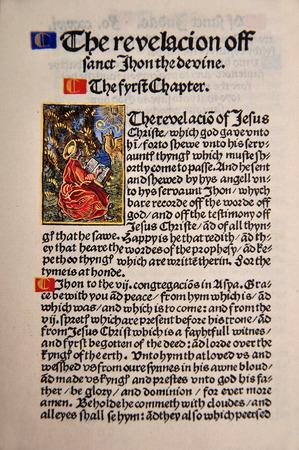 Titelpagina van het boek Openbaring in een facsimile van William Tyndale's 1525 editie van het Engels Nieuwe Testament. Van de Riet Rare Books Collection in Dunedin, Nieuw-Zeeland. Redactioneel