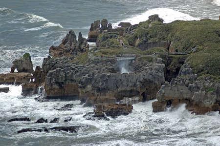 """orificio nasal: El espir�culo """"Pluto"""" sopla una enorme oleada de agua salada en Punakaiki (Pancake Rocks), Westland, Nueva Zelanda"""