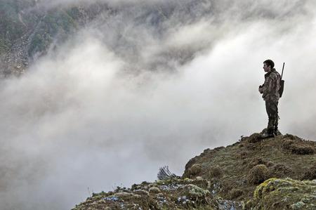 Hunter établissement de la portée pour Tahr de l'Himalaya dans le Alpes du Sud de Nouvelle-Zélande Banque d'images - 26902138