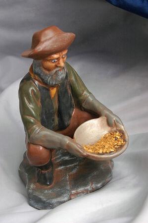 prospector: Estatuilla del buscador de oro con copos de oro de Río Gris Gold Dredge, Costa Oeste, Isla Sur, Nueva Zelanda Foto de archivo