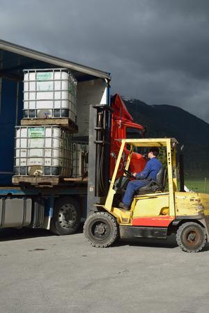 Heftruck dirver lost een vrachtwagen Stockfoto