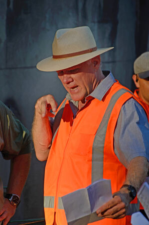 filmregisseur: Auckland, Nieuw Zeeland, 18 januari 2015: American Film Regisseur Joe Johnston instrueert zijn bemanning tijdens het leiden van een spoiler voor een tv-serie in Auckland, Nieuw-Zeeland op 18 januari, 2015. Johnston regisseerde Jurassic Park III (2001), The Rocketeer ( Redactioneel