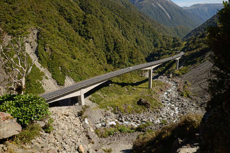 westland: The Otira Viaduct carries traffic safely over a large slip in the Southern Alps near Arthus Pass, Westland, New Zealand Stock Photo