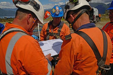 MOANA, NOUVELLE-ZÉLANDE, LE 27 OCTOBRE 2017: L'agent de sécurité organise une réunion sur la sécurité dans un puits de pétrole abandonné avant d'envoyer les travailleurs dans un espace confiné. Banque d'images - 92635451